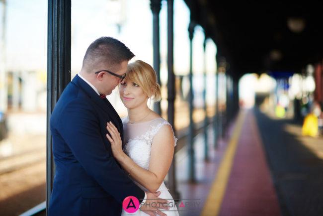 Zdjęcia ślubne na stacji kolejowej w Skierniewicach.