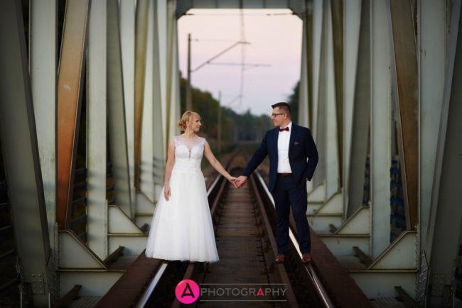 Plener ślubny na moście kolejowym.