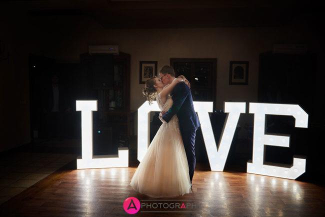 Podświetlane litery LOVE na weselu.