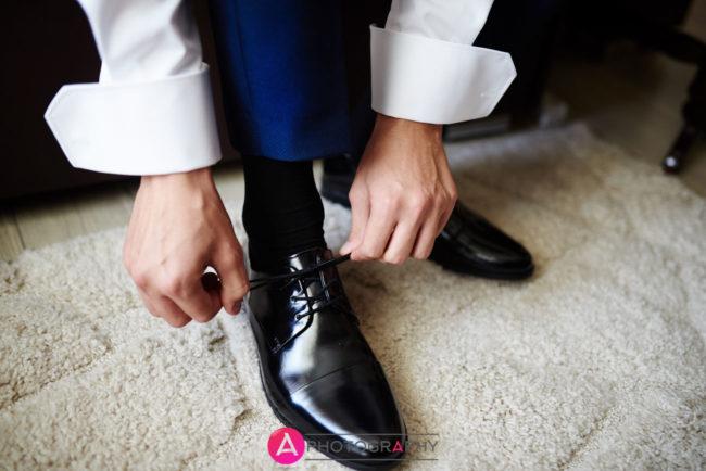 Zakładanie butów przez Pana młodego.