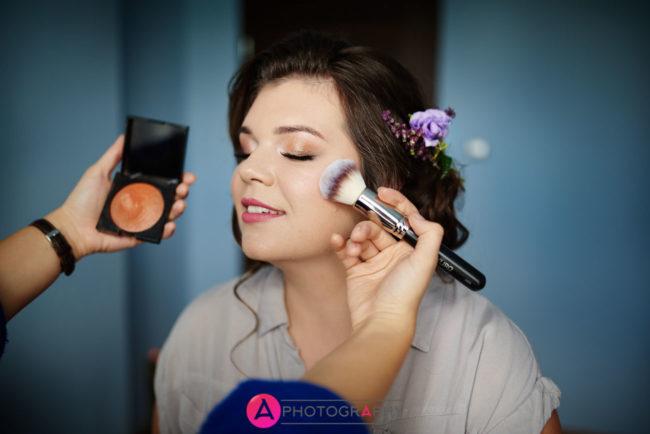 Zdjęcia podczas makijażu. Przygotowania ślubne.