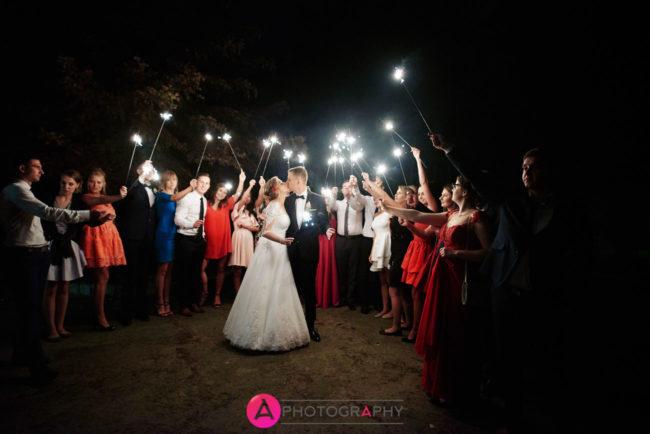 Zdjęcia ślubne - para młoda i zimne ognie.