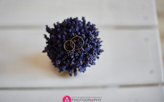 Wiązanka ślubna z obrączkami.