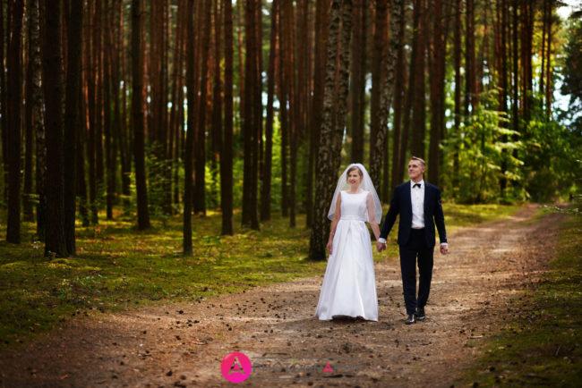 Spacer młodej pary w Sulejowie.