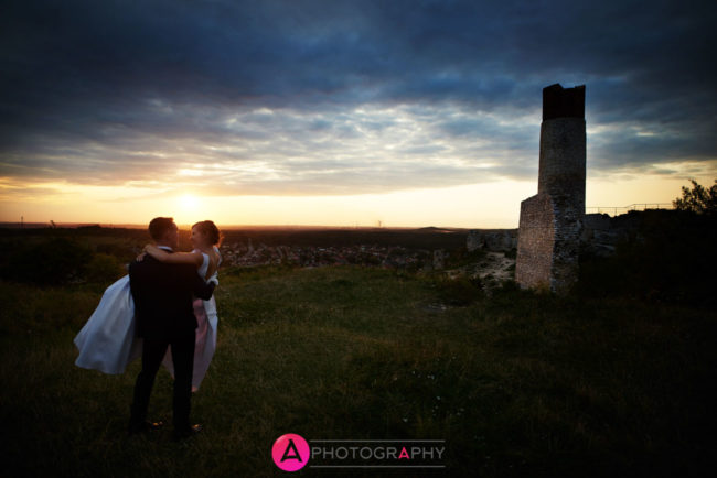 Zamek w Olsztynie. Para młoda i zachód słońca.