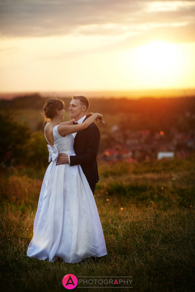 Zdjęcia ślubne o zachodzie słońca. Zamek w Olsztynie.