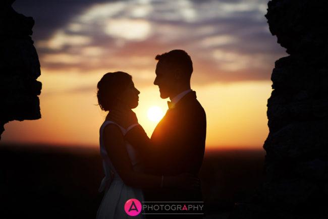 Nowożeńcy o zachodzie słońca.