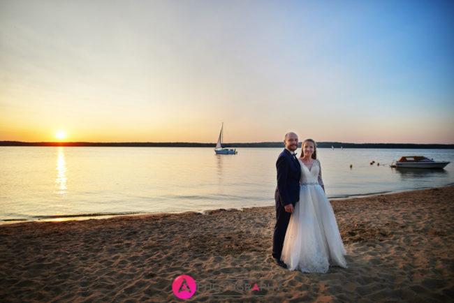 Fotografia ślubna o zachodzie słońca.