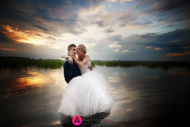 Zdjęcia ślubne we wodzie.