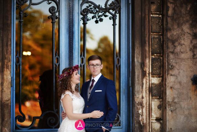 Zdjęcia ślubne przed wejściem do zamku w Mosznej.