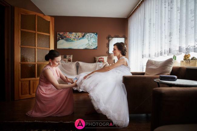 Zakładanie butów ślubnych.