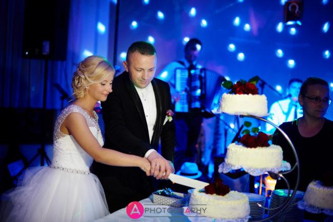 Krojenie tortu weselnego.
