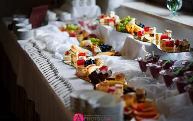 Ciasta na stole weselnym.