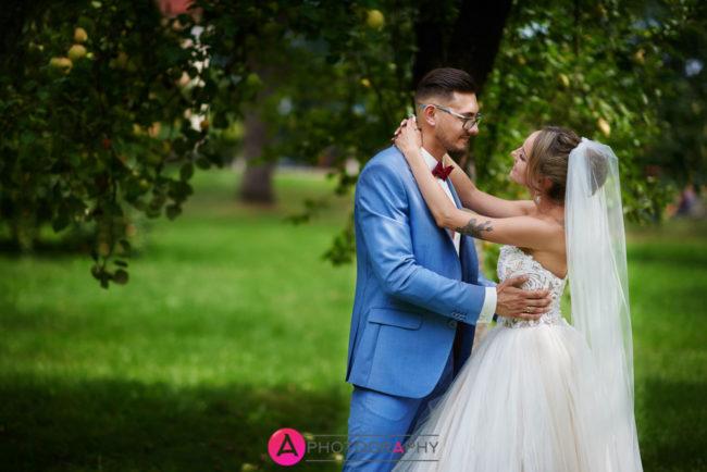 Plener ślubny w ogrodzie koło pałacu w Piorunowie.